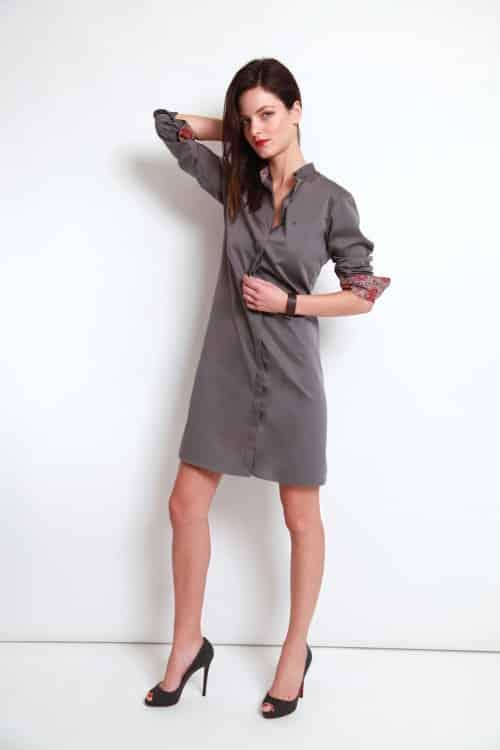 chemise sur mesure grise, chemise col et poignet en opposition, chemise col rond, chemise femme, chemise grise, robe-chemise, chemise bas droit, chemise coupe droite, chemise en coton, chemise simple retors, chemise Liberty