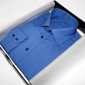 chemise sur mesure bleue , chemise bleue , chemise business , chemise homme , chemise col italien , chemise poignet double boutonnage , chemise polyester , chemise coton , chemise bas droit , chemise gorge surpiquée