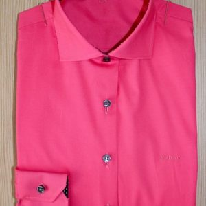 chemise unie rose , chemise femme , chemise rose , chemise col et poignet en opposition , chemise col italien très ouvert , chemise sans gorge , chemise poignets simples , chemise bas liquette , chemise cintrée