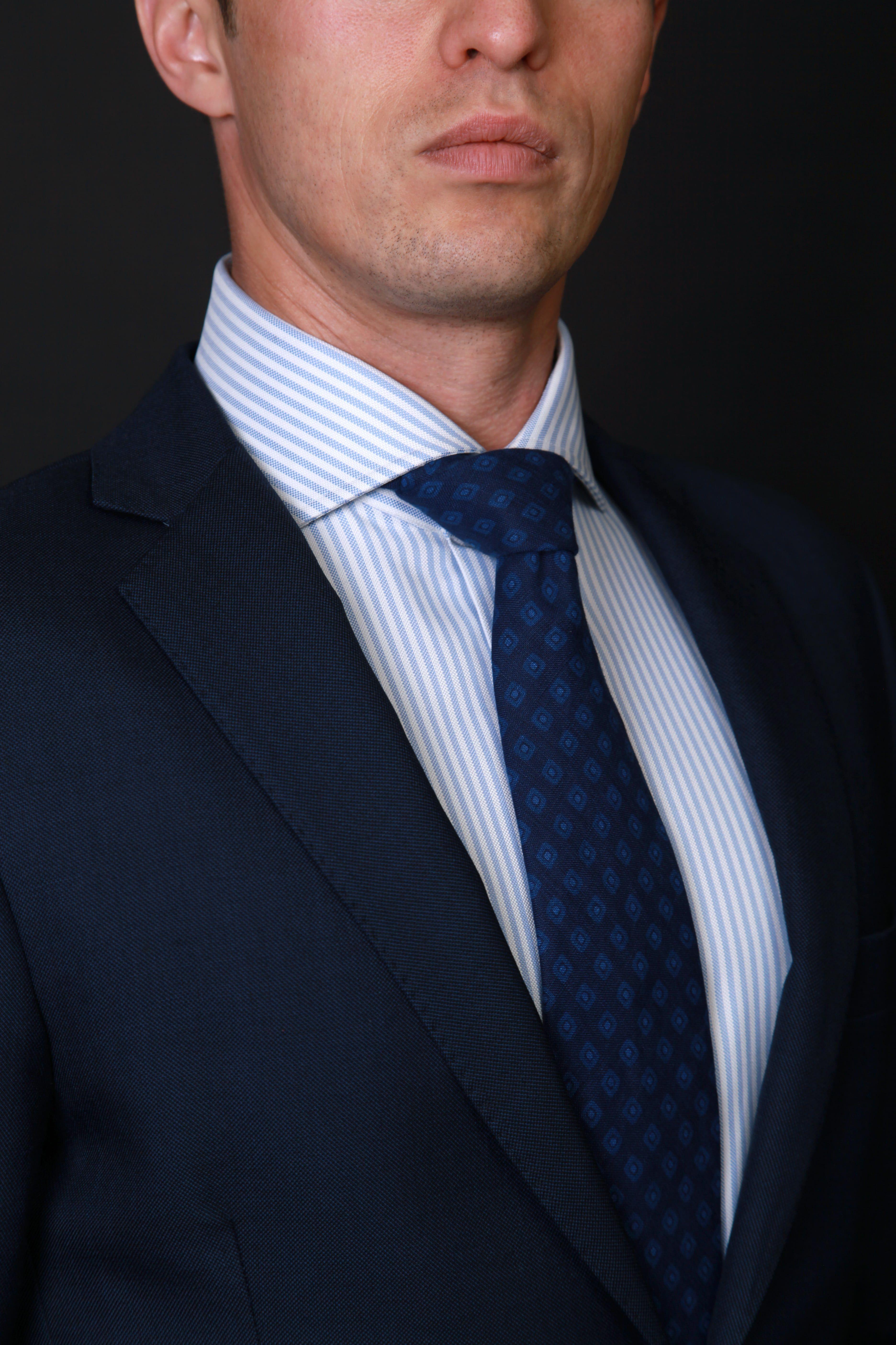 leader, chemise parfaite, leadership, image professionnelle, prise de mesures, chemise bleue tissu égyptien, chemise sur mesure, coffret cadeau chemise sur mesure, coffret cadeau homme, bon cadeau chemise sur mesure, chemise business, chemise rayée, chemise homme, clotilde ranno, chemise col cutaway, belle chemise, chemise luxe, chemise classique, dandy, chemise dandy, comment porter cravate