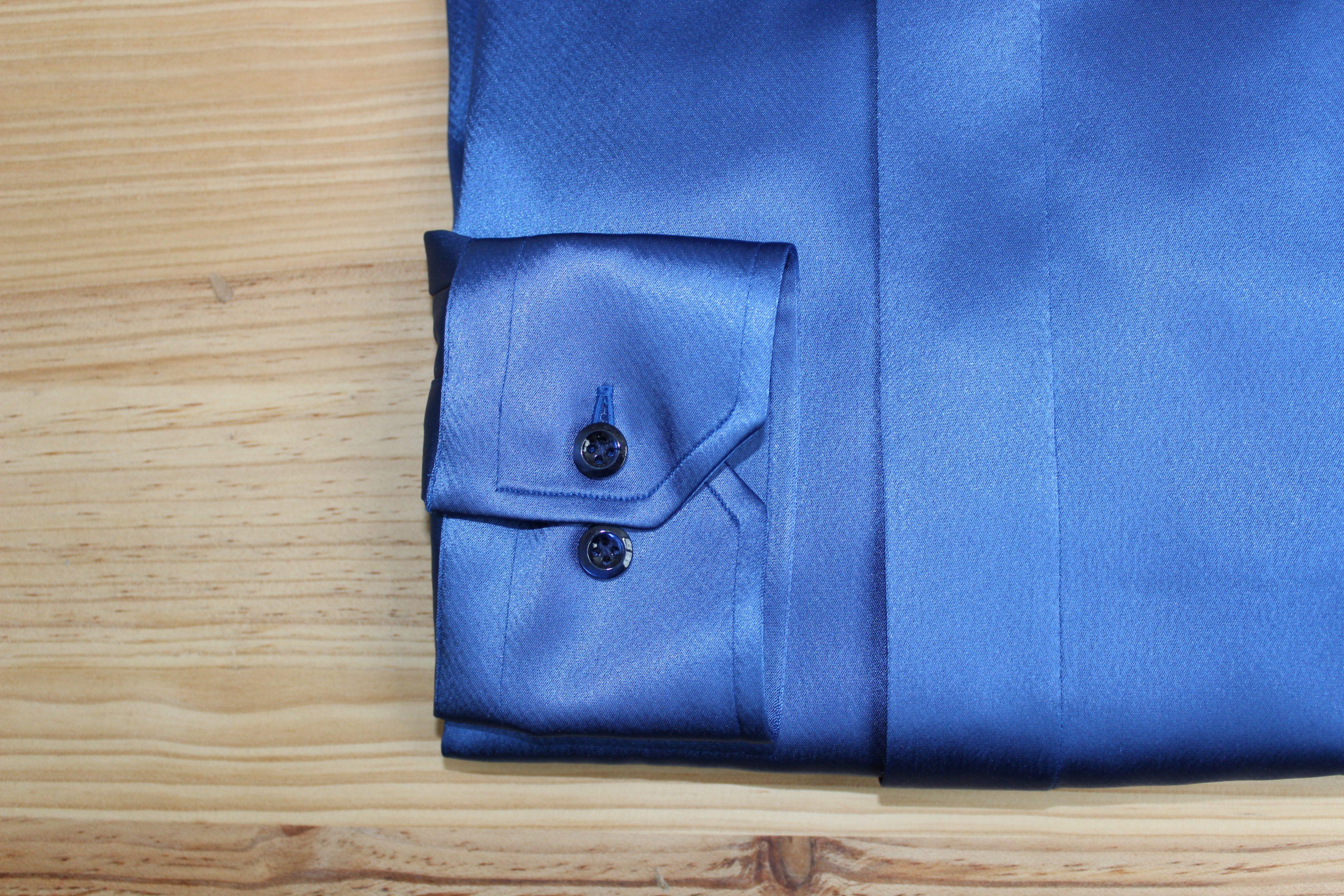 chemise en satin bleue sur mesure , chemise en satin bleue , chemise en satin sur mesure