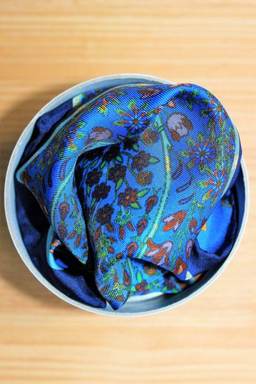 pochette de costume bleue à fleurs dans son coffret, en soie, calabrese 1924