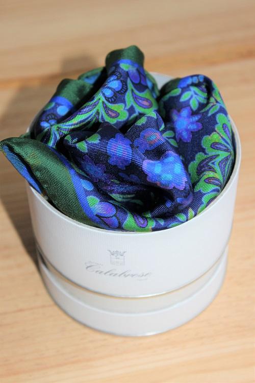 pochette de costume bleue, motifs végétaux, calabrese 1924, en soie de Come